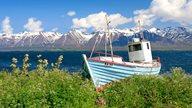 Panoramablick mit Bergen und Gewässer auf Island