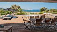 Großzügige Terrasse mit Pool, Terrassenmöbel und Meerblick