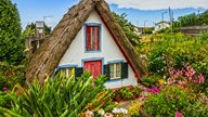 Ein traditionelles Haus samt Strohdach auf Madeira