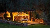 Tisch für ein romantisches Abendessen mit viel Kerzenlicht im Garten