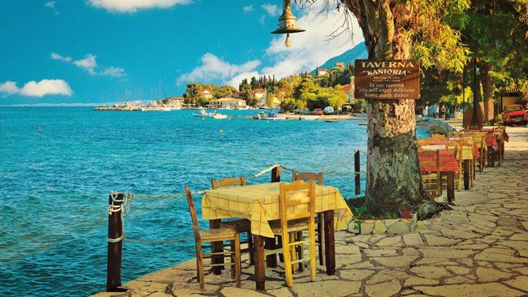 Tavernen neben dem türkisen Meer in Griechenland