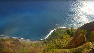 Spektakulärer Blick herab von einer Steilküste auf Madeira
