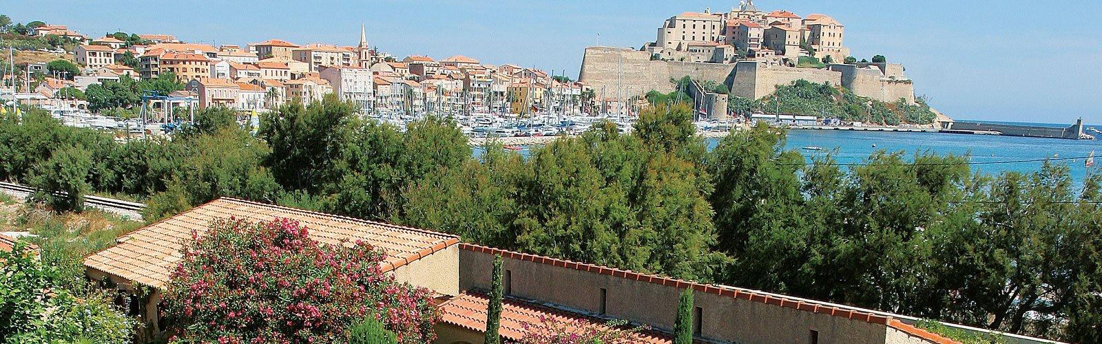 Blick auf den Hafen und die Zitadelle von Calvi