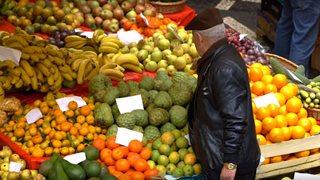 Ein Wochenmarkt in Funchal mit reichlich exotischem Obst und Gemüse