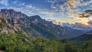 Bergland Korsikas und grüne Vegetation