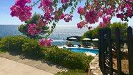 Pool und Gartenalage eines griechischen Hotels am Meer