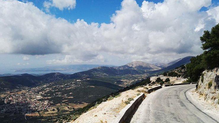 Asphaltierte Straße in den Bergen Kefalonias