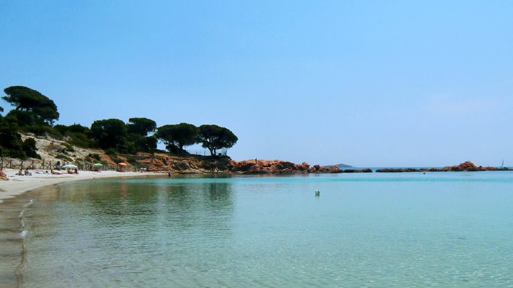 Urlauber an einem Strand in Porto Vecchio auf Korsika