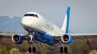 Flugzeug fliegt bei gutem Wetter aus der Schweiz nach Menorca