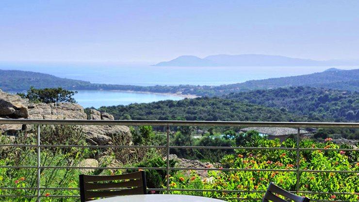 Fernblick von der Terrasse einer Ferienwohnung auf Korsika auf das Meer