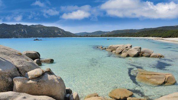 Glasklares Wasser und glatte Felsen schmücken die Bucht von Castell Verde