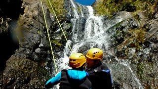 Zwei Aktivurlauber beim Canyoning auf Madeira