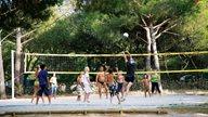 Ein Volleyballspiel im Feriendorf