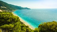 Traumhafte griechische Strandkulisse neben leuchtend grüner Natur