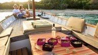EIn junges Paar entspannt auf einem Boot