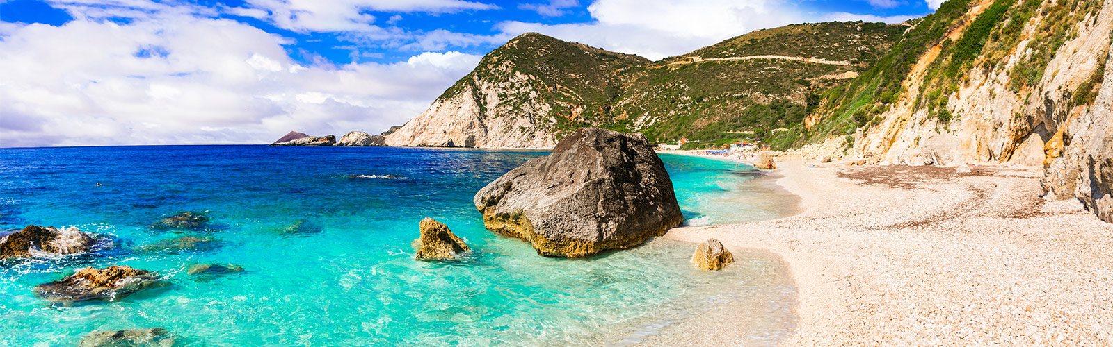 Paradiesisch türkises Meer und weißer Sand schmücken den Petani Beach auf Kefalonia