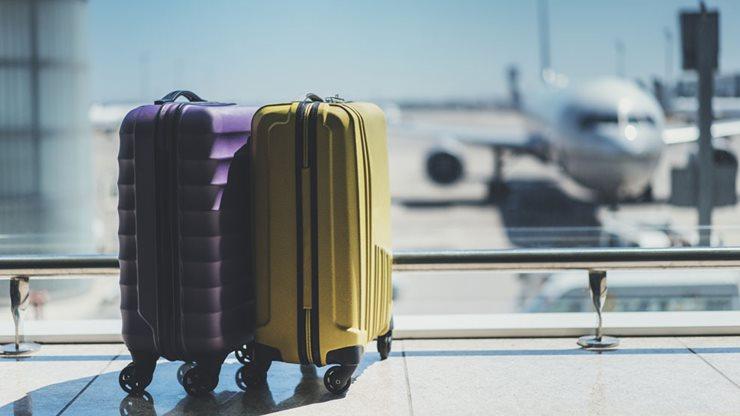 2 Reisekoffer am Flughafen