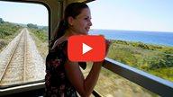 Lisa blickt in Ihrem VLog während einer Zugfahrt durch Korsika aus dem Fenster