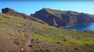 Wanderweg mit spektakulärer Aussicht auf einer Klippe auf Madeira