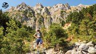 Wanderer posiert vor imposantem Bergfelsen in Griechenland
